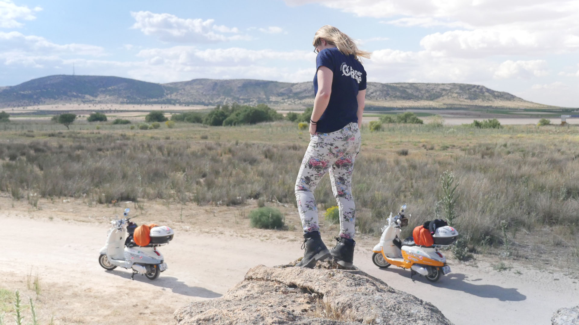 During their 49-day road-trip, Clémence and Lisa had the chance to cross with their scooter Django the desert of Bardenas. One of the most memorable stages of their journey of more than 4000 km.