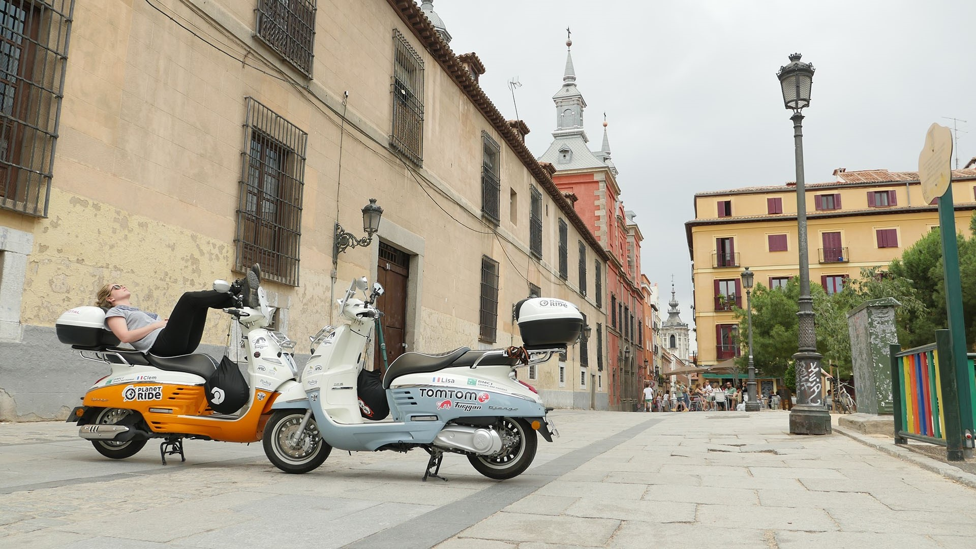 Clémence and Lisa have traveled Madrid, the beautiful Spanish capital on the handlebars of their Django scooter. A city trip made of encounters, architectural and gastronomic discoveries. A nice new step to their travel book